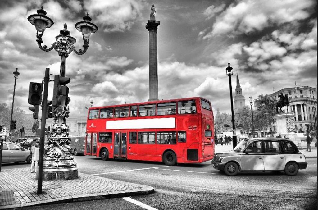 Фотообои Автобус в современном городе