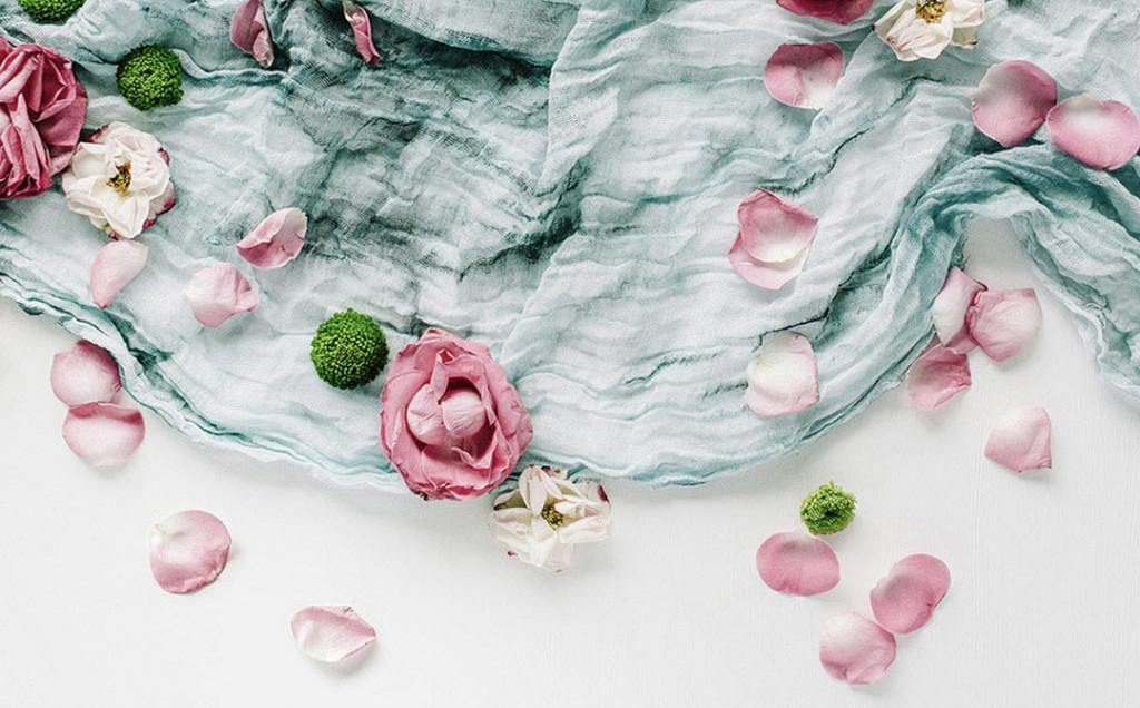 Фотообои Лепестки на текстиле